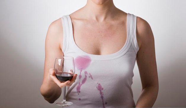 Пролила вино на майку