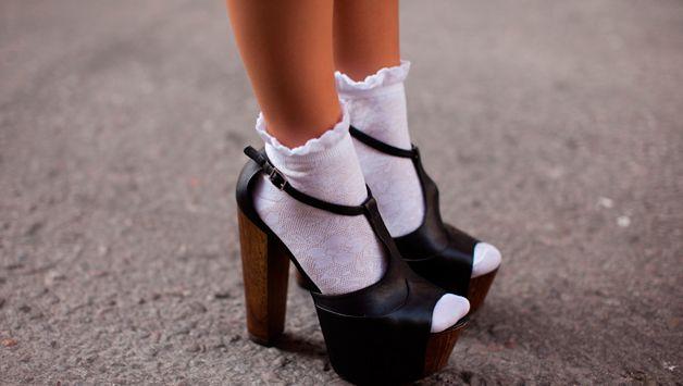 Черные туфли и белые носки