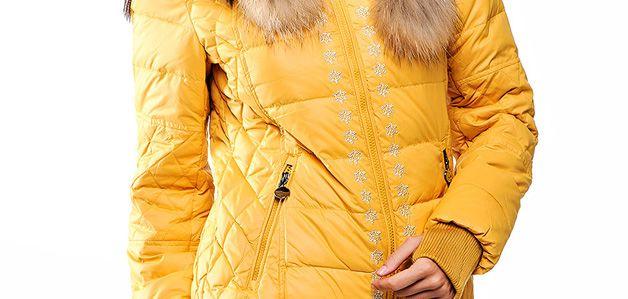 Желтый пуховик